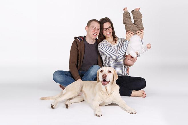Familie bei Fotoshooting für Familienfotos mit professionellem Fotografen Berlin © Fotostudio Berlin LUMENTIS