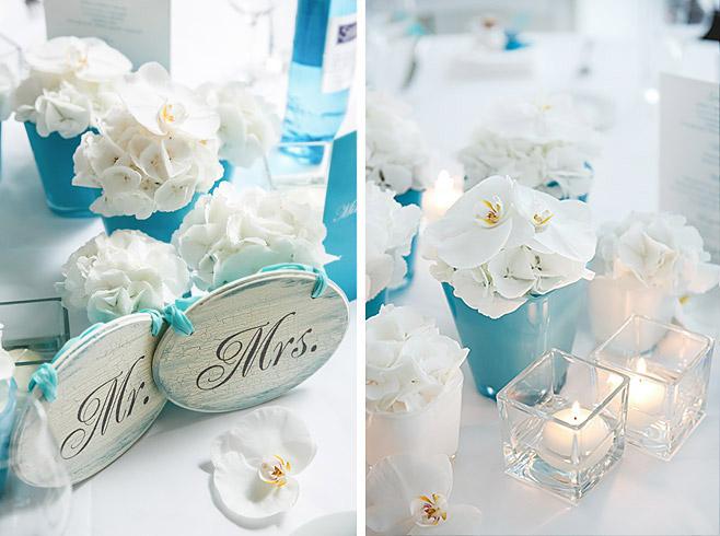 """Hochzeitsdekoration mit Blumen von Flores y Amores und """"Mr. & Mrs."""" Holzschildern © Hochzeitsfotograf Berlin www.hochzeitslicht.de"""