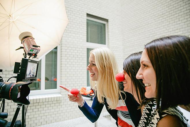 Gäste bei Fotoshooting mit Photobooth und Selbstauslöser von hochzeitslicht auf Hochzeit in Kunztschule Berlin © Hochzeitsfotograf Berlin www.hochzeitslicht.de