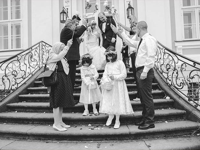 Hochzeitsfotografie von Auszug des Brautpaares nach standesamtlicher Trauung im Schloss Friedrichsfelde, Tierpark Berlin © Hochzeitsfotograf Berlin www.hochzeitslicht.de