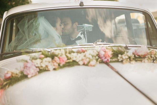 Inspiration für romantisches Hochzeitsfoto von Brautpaar im Retro-Stil © Hochzeitsfotograf Berlin www.hochzeitslicht.de