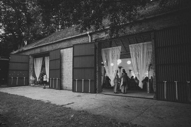 Hochzeitsfoto von Bohemian Scheunenhochzeit in Brandenburg aufgenommen von professionellem Hochzeitsfotografen © Hochzeitsfotograf Berlin www.hochzeitslicht.de
