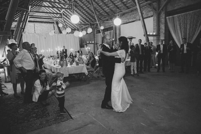 Brautpaar beim Hochzeitstanz bei Hochzeit in Scheune, aufgenommen von professioneller Hochzeitsfotografin bei Landhochzeit in Brandenburg © Hochzeitsfotograf Berlin www.hochzeitslicht.de