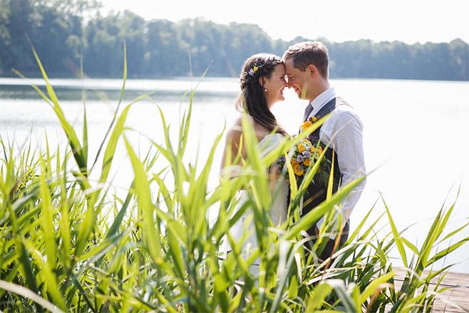 Hochzeitsfoto von Braut und Bräutigam bei Hochzeit im Seehaus von Schloss Liebenberg © Hochzeitsfotograf Berlin www.hochzeitslicht.de