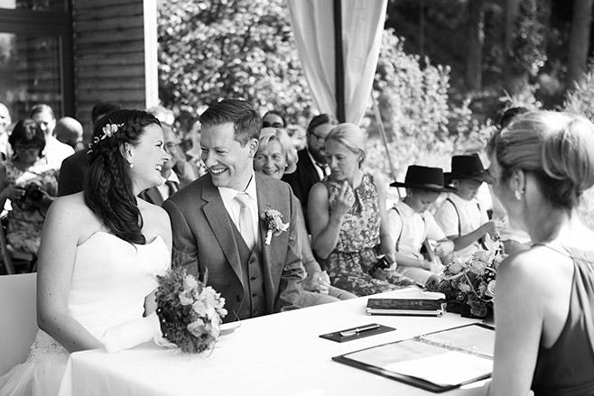 Hochzeitsfoto während Trauung bei Hochzeit im Seehaus von Schloss Liebenberg © Hochzeitsfotograf Berlin www.hochzeitslicht.de