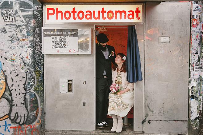 Hochzeitsfoto von Brautpaar im Photoautomat bei Winterhochzeit in Berlin © Hochzeitsfotograf Berlin www.hochzeitslicht.de