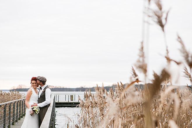 Hochzeitsfoto von Brautpaar auf Steg im Winter am Scharmützelsee in Bad Saarow © Hochzeitsfotograf Berlin www.hochzeitslicht.de
