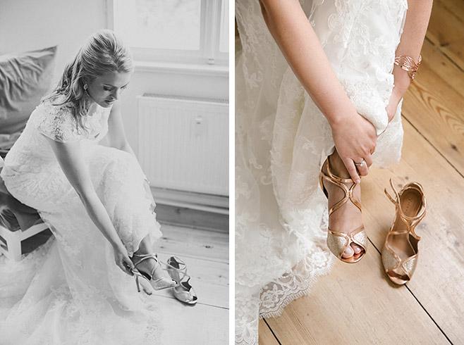 Hochzeitsreportagefoto vom Ankleiden der Braut und Anziehen der kupferfarbenen Brautschuhe aufgenommen von professioneller Hochzeitsfotografin © Hochzeitsfotograf Berlin www.hochzeitslicht.de