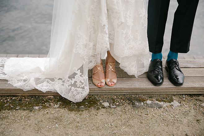 Hochzeitsfotografie der Schuhe von Braut und Bräutigam bei Fotoshooting am Wannsee Berlin © Hochzeitsfotograf Berlin www.hochzeitslicht.de