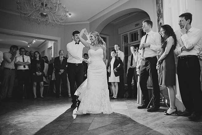 Hochzeitsreportage vom Hochzeitstanz bei abendlicher Hochzeitsfeier in Villa Blumenfisch © Hochzeitsfotograf Berlin www.hochzeitslicht.de