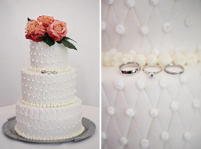 Detailfoto von weißer dreistöckiger Hochzeitstorte von Barcomis und Eheringen © Hochzeitsfotograf Berlin www.hochzeitslicht.de