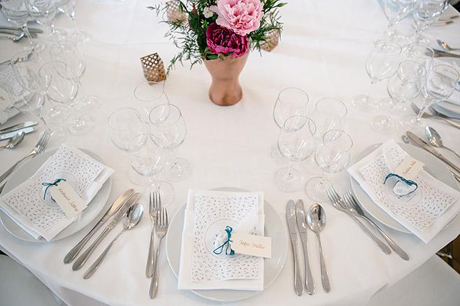 Tischdekoration in petrol und kupfer mit pinken und rosa Pfingstrosen bei Hochzeit in Villa Blumenfisch Wannsee © Hochzeitsfotograf Berlin www.hochzeitslicht.de
