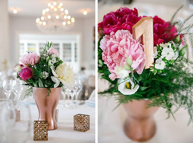 kupferfarbene Vasen und Teelichter mit pinken, weißen und rosa Pfingstrosen bei Hochzeit in Villa Blumenfisch © Hochzeitsfotograf Berlin www.hochzeitslicht.de