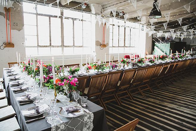 Werkloft Fabrik 23 dekoriert im Boho-Stil für Bohohochzeit aufgenommen von professionellem Hochzeitsfotograf Berlin © Hochzeitsfotograf Berlin www.hochzeitslicht.de