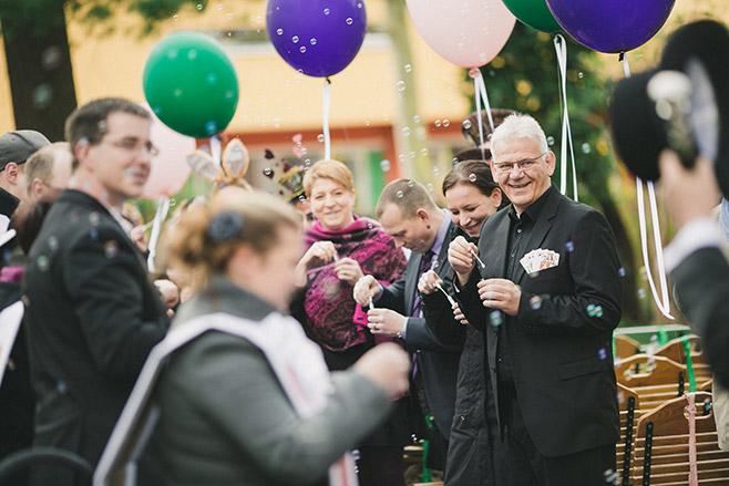 Reportage-Hochzeitsfotos von Auszug des Bräutigams bei Berlin-Hochzeit © Hochzeitsfotograf Berlin www.hochzeitslicht.de