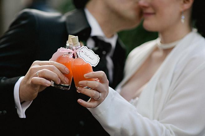 Brautpaarfoto bei Mottohochzeit aufgenommen von Berliner Hochzeitsfotografin © Hochzeitsfotograf Berlin www.hochzeitslicht.de