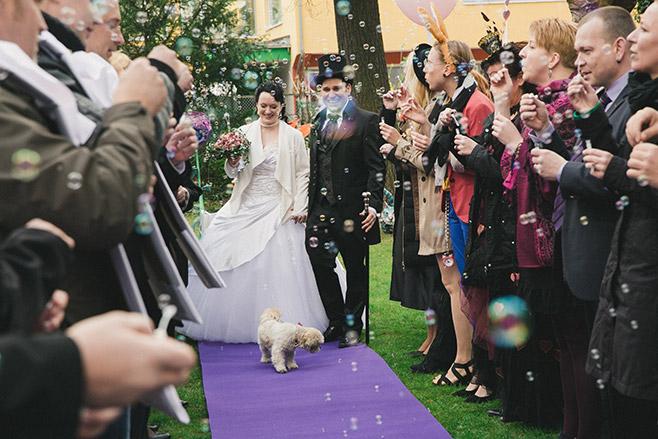Auszug des Brautpaares bei Alice im Wunderland Hochzeit in Berlin © Hochzeitsfotograf Berlin www.hochzeitslicht.de