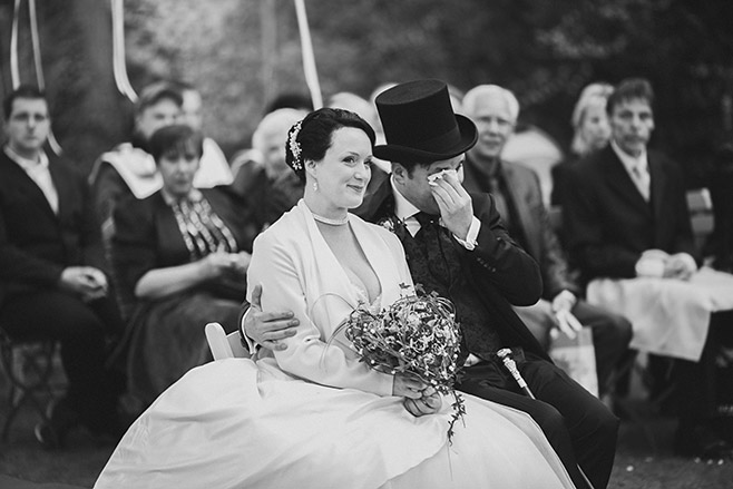authentische Hochzeitsfotografie aufgenommen von professionellem Hochzeitsfotografen während freier Trauung bei Mottohochzeit © Hochzeitsfotograf Berlin www.hochzeitslicht.de