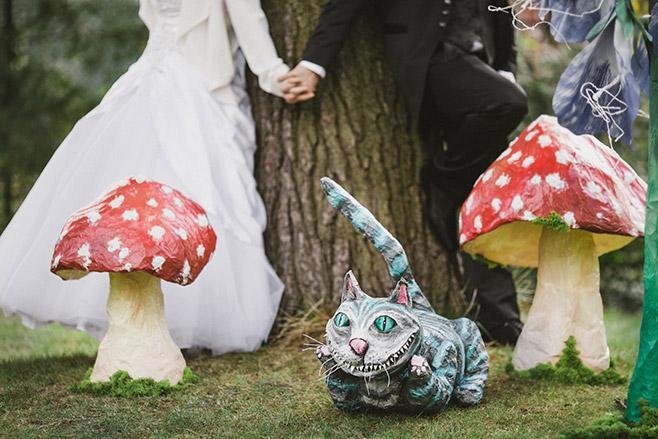 Hochzeitsfotografie bei kreativer Mottohochzeit zum Thema Alice im Wunderland aufgenommen von professioneller Hochzeitsfotografin Berlin © Hochzeitsfotograf Berlin www.hochzeitslicht.de