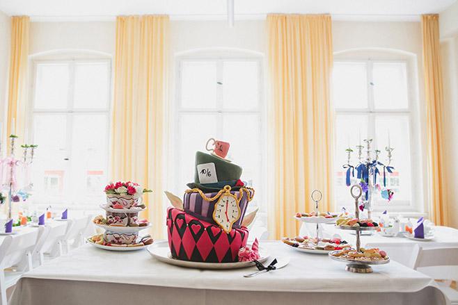 phantasievolle Hochezeitstorte aufgenommen bei Alice-im-Wunderland-Mottohochzeit von hochzeitslicht-Hochzeitsfotografin © Hochzeitsfotograf Berlin www.hochzeitslicht.de