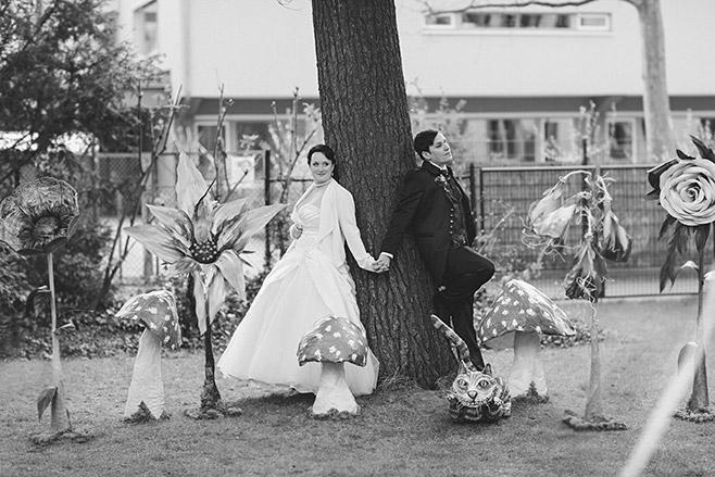 Brautpaarfoto bei kreativer Hochzeit zum Motto Alice im Wunderland in Berlin © Hochzeitsfotograf Berlin www.hochzeitslicht.de