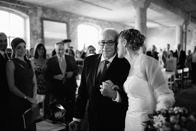 Hochzeitsfotografie vom Einzug der Braut bei Trauung in der Alten Teppichfabrik Berlin Friedrichshain © Hochzeitsfotograf Berlin www.hochzeitslicht.de