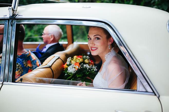 Hochzeitsreportagefoto der Braut im Hochzeitsauto vor Trauung in Alter Teppichfabrik Berlin-Friedrichshain © Hochzeitsfotograf Berlin www.hochzeitslicht.de