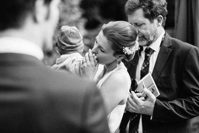 Authentische Hochzeitsfotografie nach Trauung bei Hochzeit auf Schloss Neuhausen aufgenommen von Hochzeitsfotograf Berlin © Hochzeitsfotograf Berlin www.hochzeitslicht.de