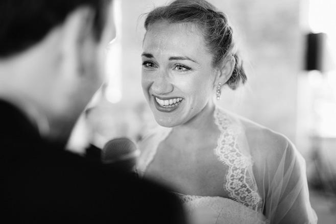 Authentisches Hochzeitsfoto der Braut während freier Trauung bei Hochzeit im urban industrial Stil, Alte Teppichfabrik Berlin © Hochzeitsfotograf Berlin www.hochzeitslicht.de
