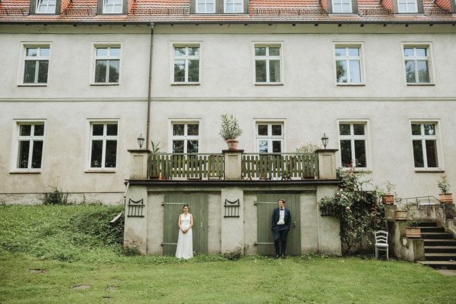 Originelles Brautpaarfoto aufgenommen auf Schloss Neuhausen Brandenburg © Hochzeitsfotograf Berlin www.hochzeitslicht.de