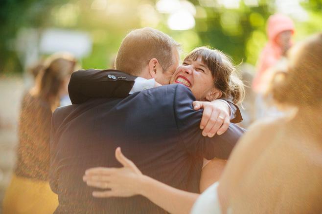 Hochzeitsreportagefoto während Gratulation der Gäste bei urbaner Sommerhochzeit in Berlin Friedrichshain © Hochzeitsfotograf Berlin www.hochzeitslicht.de