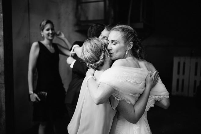 Hochzeitsreportagefoto bei Hochzeit im urban industriellem Stil in der Alten Teppichfabrik Berlin © Hochzeitsfotograf Berlin www.hochzeitslicht.de