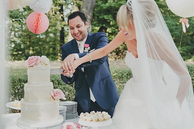 Hochzeitsreportage-Foto vom Anschneiden der Hochzeitstorte bei Hochzeitsfeier im Belvedere auf dem Pfingstberg aufgenommen von Hochzeitsfotograf Berlin © Hochzeitsfotograf Berlin www.hochzeitslicht.de