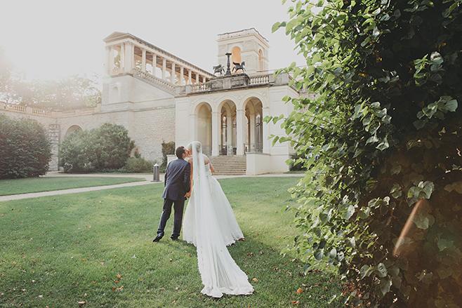 Hochzeitsfoto von Brautpaar vor Belvedere auf dem Pfingstberg aufgenommen von professionellem Hochzeitsfotograf Potsdam © Hochzeitsfotograf Berlin www.hochzeitslicht.de