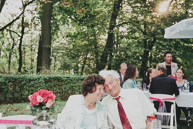 Hochzeitsreportagefoto von Gästen bei Hochzeitsfeier im Belvedere auf dem Pfingstberg aufgenommen von Hochzeitsfotograf Berlin © Hochzeitsfotograf Berlin www.hochzeitslicht.de