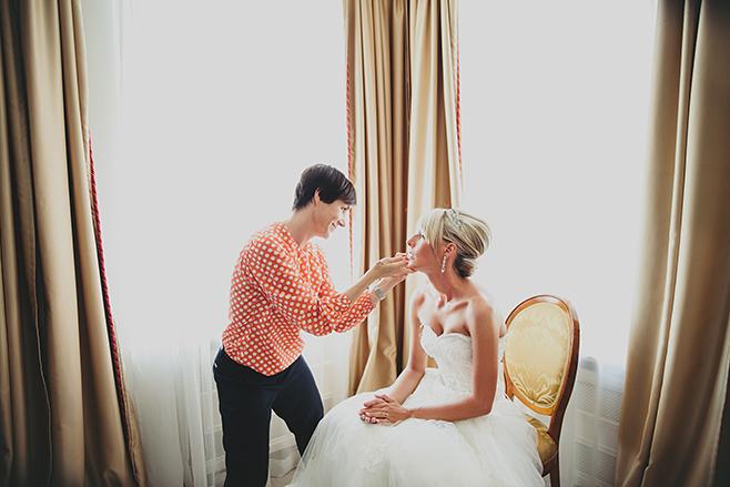 Hochzeitsreportage-Foto vom Styling der Braut im Hotel Brandenburger Tor in Potsdam mit Stylistin Anja Frankenhäuser Schminktante © Hochzeitsfotograf Berlin www.hochzeitslicht.de