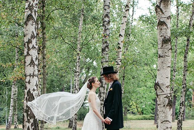 Brautpaarfoto aufgenommen in Birkenwald bei Hochzeit in Berlin-Zehlendorf durch professionellen Hochzeitsfotografen © Hochzeitsfotograf Berlin www.hochzeitslicht.de