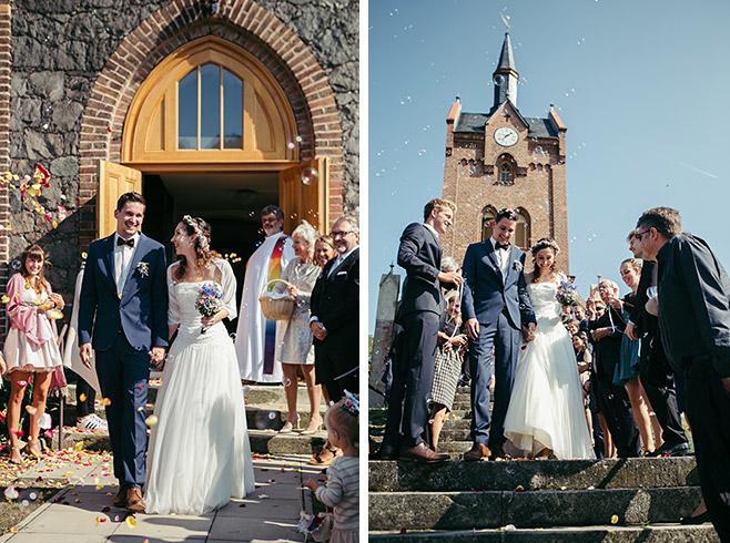 Hochzeitsreportage von Auszug von Braut und Bräutigam nach Hochzeit in Feldsteinkirche Wulkow in der Nähe von Hochzeitslocation Haus Tornow am See © Hochzeitsfotograf Berlin www.hochzeitslicht.de