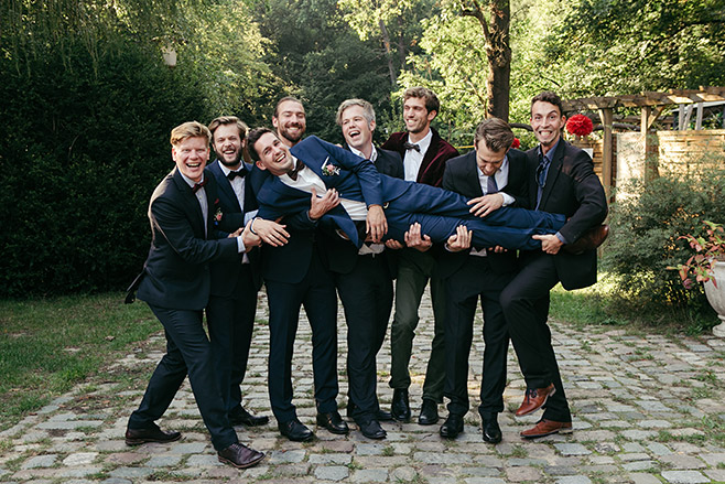 Gruppenfoto von Bräutigam mit best men entstanden bei Fotoshooting während Hochzeit im Haus Tornow am See © Hochzeitsfotograf Berlin www.hochzeitslicht.de