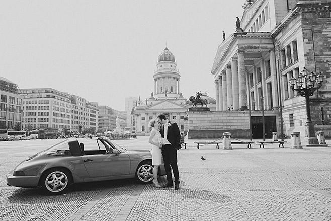 Hochzeitsfoto von Brautpaar vor Französischem Dom auf Gendarmenmarkt in Berlin Mitte © Hochzeitsfotograf Berlin www.hochzeitslicht.de
