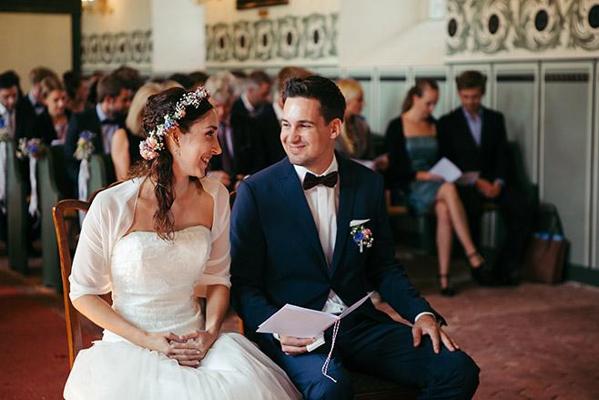 Ungestelltes Hochzeitsfoto von Brautpaar bei Hochzeit in Feldsteinkirche Wulkow in der Nähe von Hochzeitslocation Haus Tornow am See © Hochzeitsfotograf Berlin www.hochzeitslicht.de