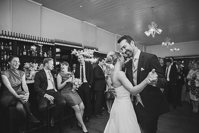 Hochzeitsfoto vom Brautpaar beim Hochzeitstanz im Restaurant Remise Schloss Glienicke Berlin Wannsee © Hochzeitsfotograf Berlin www.hochzeitslicht.de