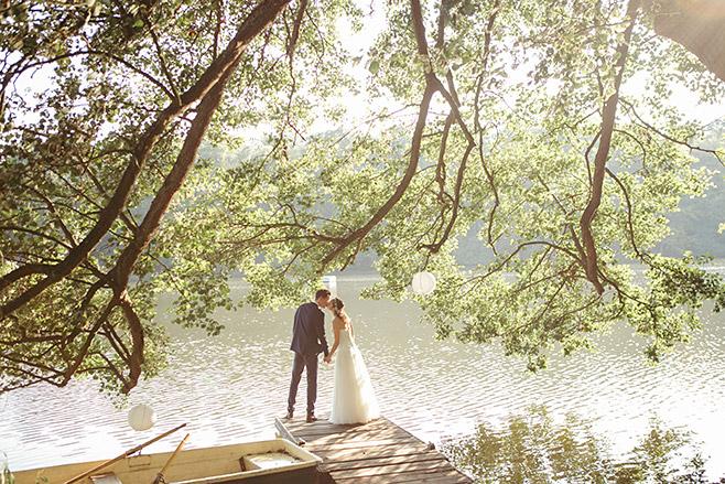 Romantisches Brautpaarfoto am See aufgenommen von professionellem Hochzeitsfotograf in Haus Tornow © Hochzeitsfotograf Berlin www.hochzeitslicht.de