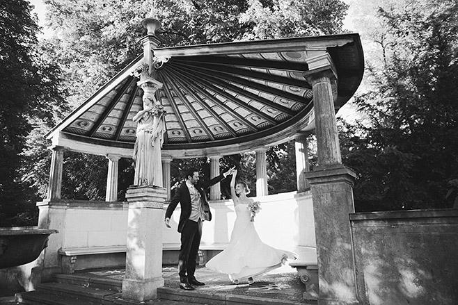 Brautpaarfoto im Park von Schloss Glienicke aufgenommen von professionellem Hochzeitsfotograf © Hochzeitsfotograf Berlin www.hochzeitslicht.de