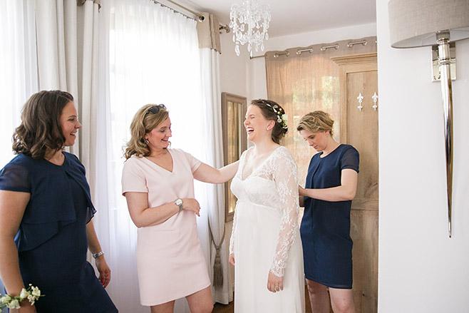 Hochzeitsreportage-Foto vom Getting Ready der Braut bei Hochzeit im modernen Landhausstil aufgenommen von professioneller Hochzeitsfotografin in Spreewald © Hochzeitsfotograf Berlin www.hochzeitslicht.de