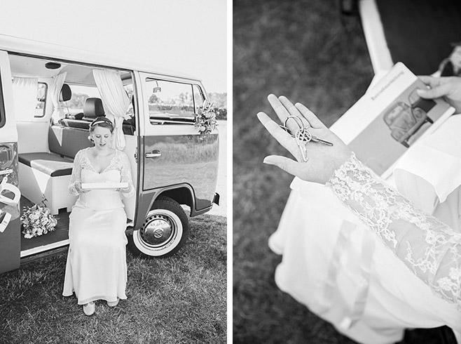 Hochzeitsfotos aus Hochzeitsreportage von Braut beim Öffnen von Hochzeitsgeschenk bei Hochzeit im Spreewald © Hochzeitsfotograf Berlin www.hochzeitslicht.de
