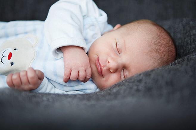 Neugeborenenfoto bei entspanntem Neugeborenen-Fotoshooting zu Hause aufgenommen von professionellem Babyfotograf Berlin  © Fotostudio Berlin LUMENTIS