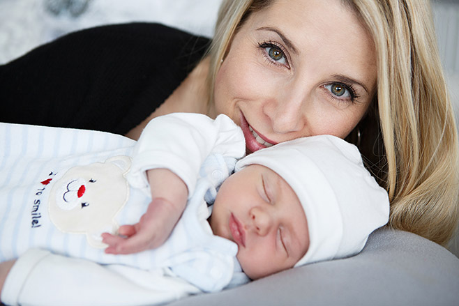 Natürliche Neugeborenenfotografie mit Mama aufgenommen zu Hause bei Babyfotoshooting von professioneller Neugeborenenfotografin Berlin © Fotostudio Berlin LUMENTIS