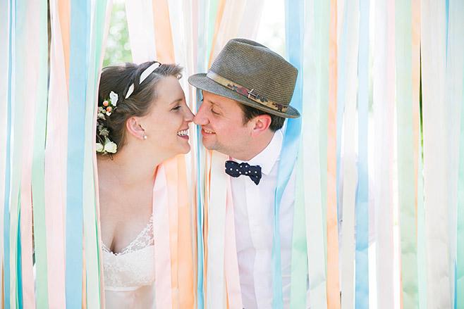Brautpaarfoto mit DIY-Bändervorhang bei DIY-Hochzeit aufgenommen von professionellem Hochzeitsfotograf im Spreewald © Hochzeitsfotograf Berlin www.hochzeitslicht.de