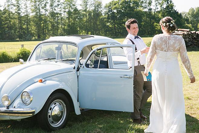 Hochzeitsreportage mit hellblauem vintage VW-Käfer bei Hochzeit im Spreewald aufgenommen von professioneller Hochzeitsfotografin © Hochzeitsfotograf Berlin www.hochzeitslicht.de